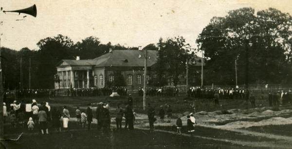 Вид-Лотошино-1932г.-Сквер-у-больницы-ранее-усадьба-Мещерского.